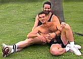 Két homoszexuális férfi pihen egy parkban. Copyrighted - Jeremiah Films.