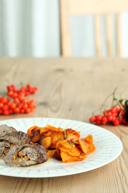 "Liharullid pihlakakastmega ning porgandiraguu / Beef ""olives"" with rowanberry gravy, carrot ragout"