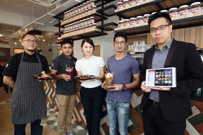 Abigail Lim(中立者)剛投入餐飲業,第一家店就採用iCHEF的系統。余岳勳(右一)提供iCHEF最專業的服務。