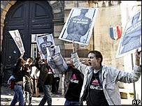 Manifestantes protestan contra el proyecto de ley