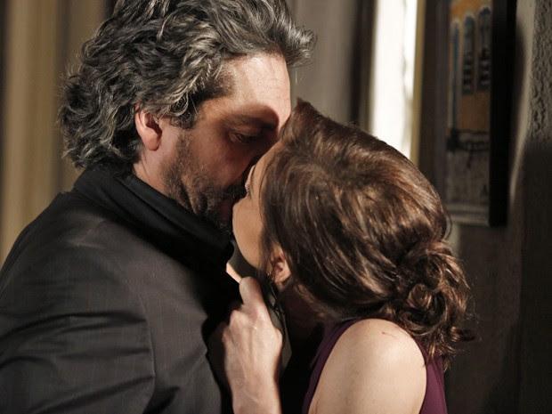 Megera aproveita a oportunidade e beija José Alfredo (Foto: Inácio Moraes/ Gshow)