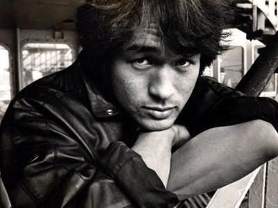 Виктор Цой (21 июня 1962 - 15 августа 1990) 28-летний советский рок-музыкант, основатель и лидер группы «Кино», автор песен, актер и художник, погиб в автокатастрофе на 35-ом километре трассы Слока-Талси в Латвии.