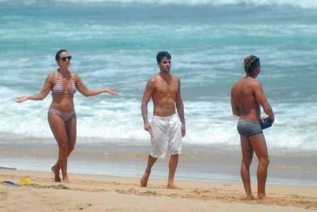 Ivete Sangaloe Daniel Cady passeiam na praia do Boldró
