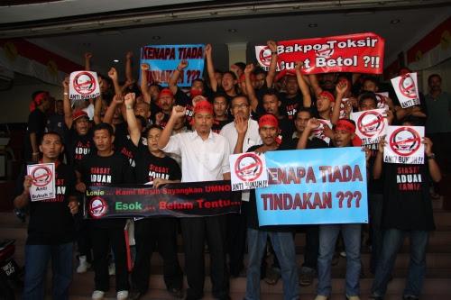 Pemuda Kubang Kerian berdemo tuntut keadilan.