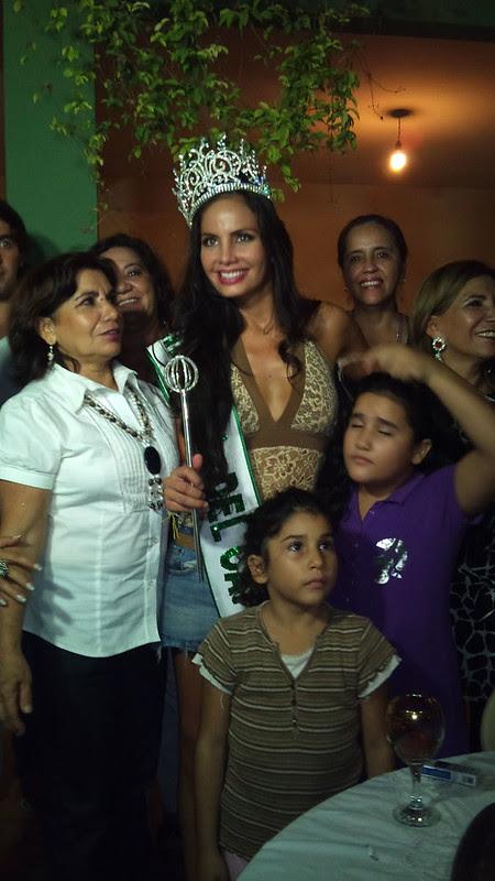 Ximena Vargas siendo agasajada por sus familiares por haber ganado el título de Reina Internacional del Café