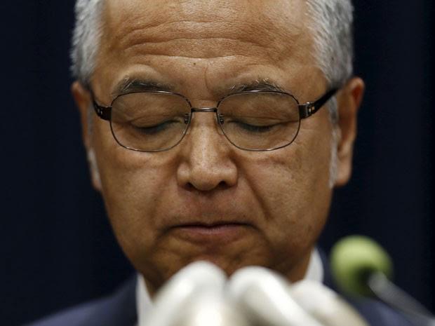 Ministro da economia Akira Amari durante uma coletiva de imprensa em Tóquio, nesta quinta-feira (28) (Foto: Reuters)