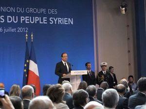 Le 6 juillet 2012, le criminel de guerre Abou Saleh (Brigade Farouk) était l'invité spécial du président François Hollande (le jeune homme de face, assis sur le côté de la tribune, à la droite de la photo). Il avait dirigé l'Émirat islamique de Baba Amr et fait égorger en public plus de 150 personnes.