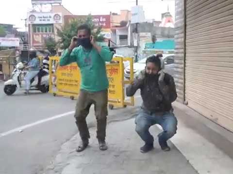 लॉक डाउन का पालन न करने पर पुलिस ने कराइ उठक - बैठक : वीडियो हुआ वायरल