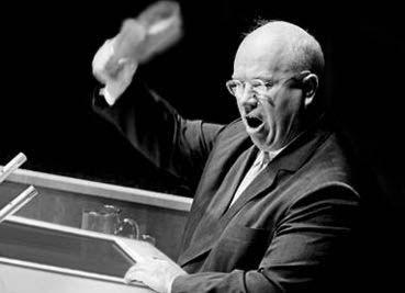 ملف:Khrushchev hold his shoe at the UN.jpg
