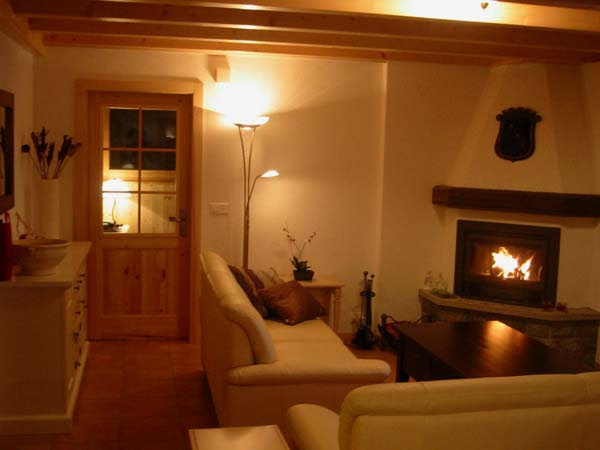 Wohnzimmer mit Kamin - Chalet bei Verbier, Schweiz