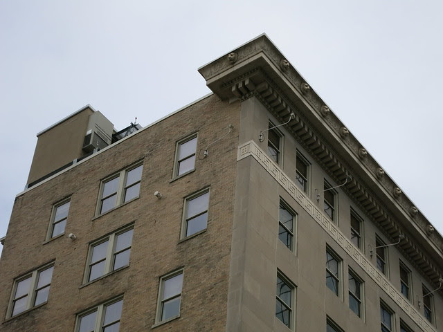 IMG_3657-2013-08-15-Glenn-Hotel-1923-by-Waddy-B-Wood-cornice-Lion-Count-south-east