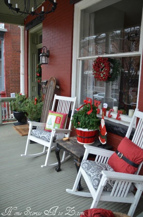 38 Cool Christmas Porch Décor Ideas - 13 - Pelfind