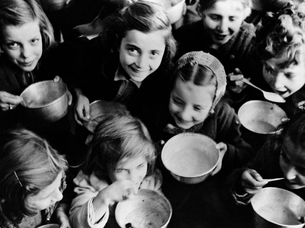 FOTOGALERÍA: Un grupo de jóvenes bebe leche repartida por la ONU en 1946.