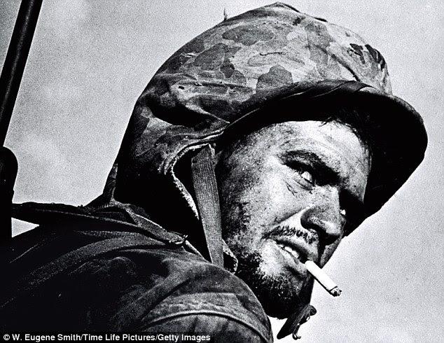 Este retrato de um fuzileiro naval batalha-cansados americanos combater o seu caminho através do Pacífico durante a Segunda Guerra Mundial sempre me comove.  Você pode ver como um belo jovem tornou-se temperado e malhados pela guerra