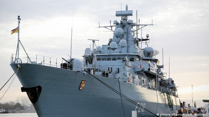 Warnemünde Fregatte Mecklenburg-Vorpommern Marine Bundeswehr (picture alliance/dpa/B. Wüstneck)