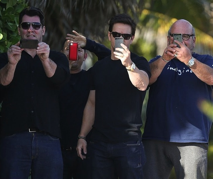 4 - Mark Wahlberg calls on his friends to fight the paparazzi.