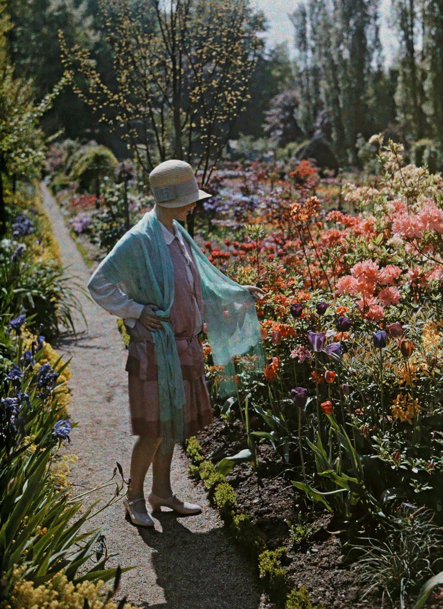 Una mujer joven admira las flores en un jardín de Baden en Alemania, junio 1928.Photograph por Wilhelm Tobien, National Geographic