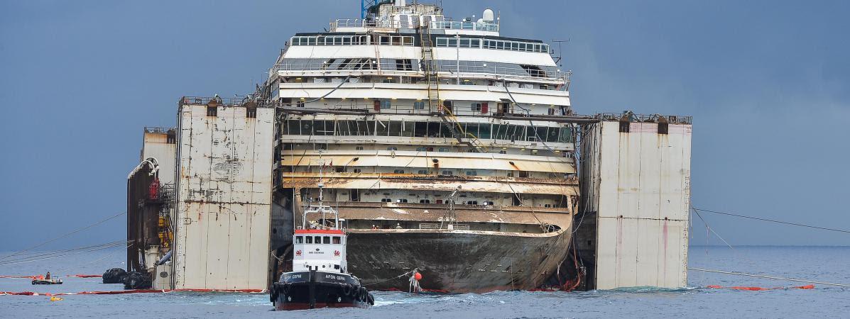 Le Costa Concordia, qui s\'était échoué en janvier 2012, a été renfoulé à l\'été 2014. L\'épave aainsi pu quitter les côtes del\'île de Giglio le 23 juillet en direction de Gênes, où elle a été démantelée.