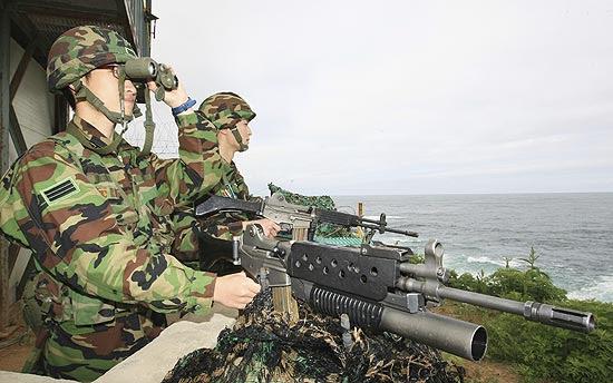 Soldados sul-coreanos vigiam posto em Gangneung; Rússia envia equipe para investigar naufrágio de corveta