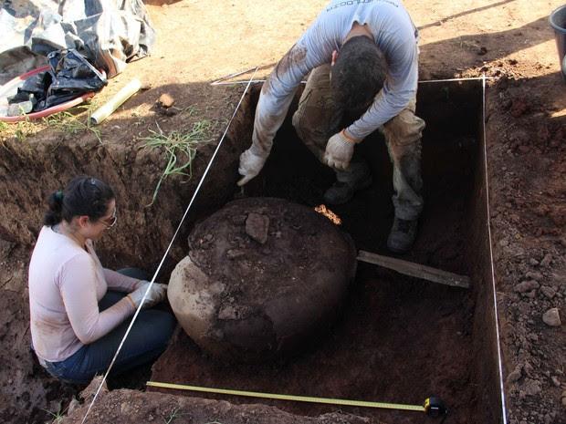 Arqueólogos encontraram duas urnas funerárias de 1,5 metros cada (Foto: Divulgação/Iphan)