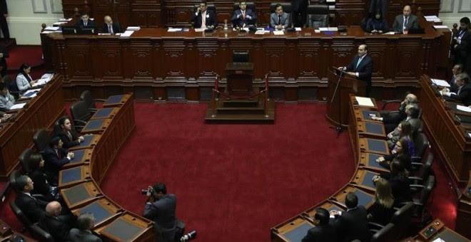 El primer ministro de Perú, Fernando Zavala (d), da un discurso en el hemiciclo del Congreso acompañado de sus ministros en Lima (Perú). EFE/Ernesto Arias