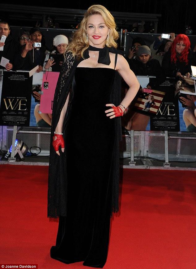 Não dar nada fora: Madonna esconde as mãos eo pescoço - os sinais diga-conto do envelhecimento - como ela assiste à estréia londrina de seu novo filme