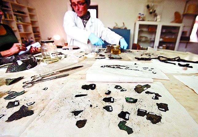 Una pieza se 'descompone' en decenas. Se numeran para la reconstrucción. Miguel Ángel Valdivielso