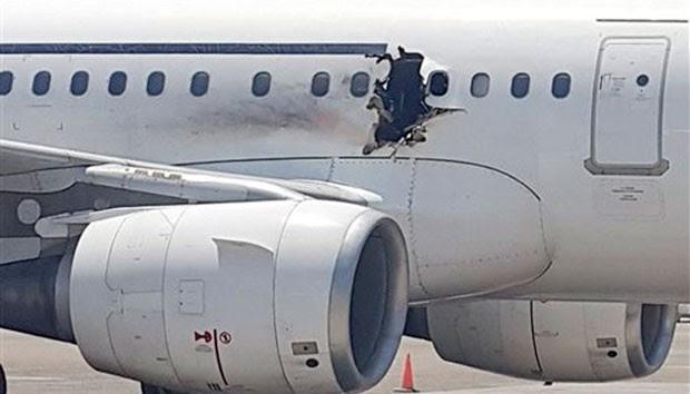 Explosão abriu buraco na fuselagem logo após a decolagem (Foto: Reprodução/Twitter)
