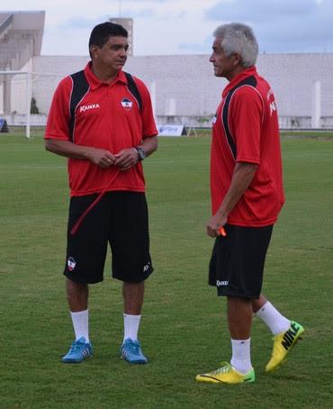 Flávio Araújo e o auxiliar Hélio Pinheiro  (Foto: Lucas Barros / GloboEsporte.com/pb)