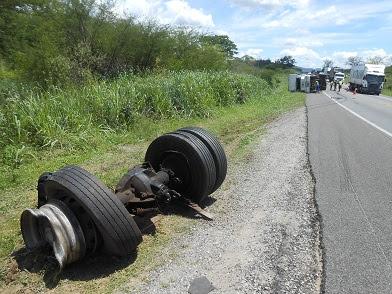 Com o impacto da colisão  o eixo de tração da carreta foi projetado a uma distância de 100m do restante do carro