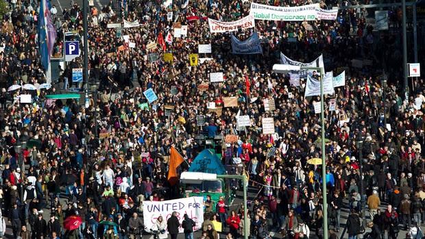 Multidão marcha em Frankfurt, onde pelo menos 5 mil pessoas se reuníram em protesto em frente ao Banco Central Europeu (Foto: AP)