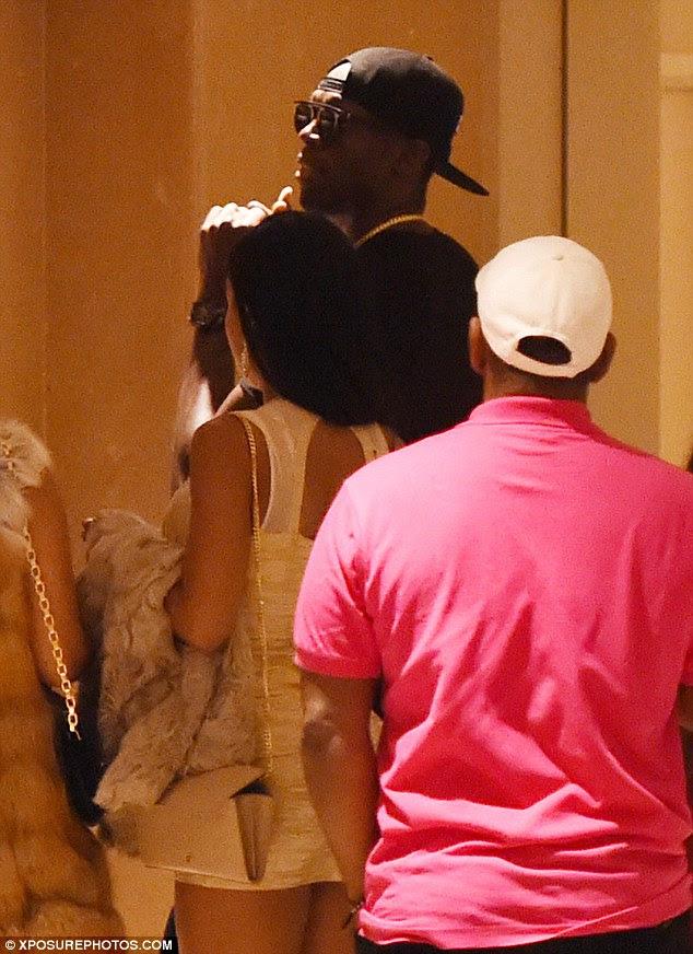 Superstar: As mulheres que festejaram com parafuso no Cirque le Soir apareceu ao seu hotel em Londres central e Usain imagens obtidas por MailOnline sugerir que eles se juntou a ele no elevador