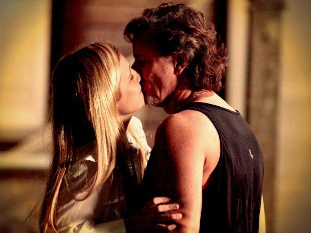 Max e Carminha se beijam e são flagrados por Nina (Foto: Avenida Brasil / TV Globo)