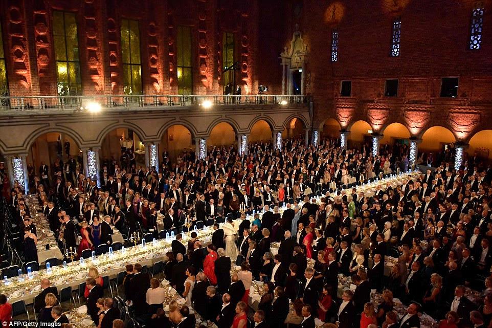 A brilhante mesa de Honra ocupa um palco central no Novel Banquet para os laureados em medicina, química, literatura física e economia.