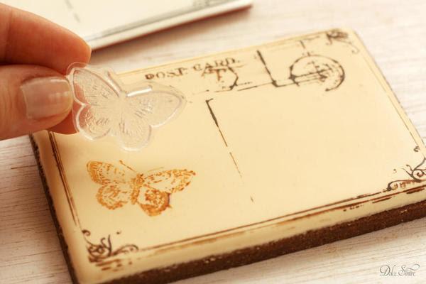 Estampación la cookie helado con el sello de la mariposa