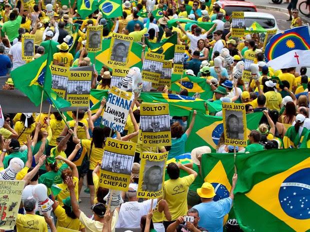 Manifestantes exibem cartazes contra a presidente afastada Dilma Rousseff, pela prisão do ex-presidente Lula e a favor do juiz Sérgio Moro durante protesto no Recife (Foto: Marlon Costa/Futura Press/Estadão Conteúdo)