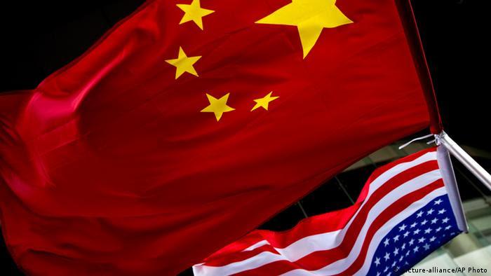 Chinesische und amerikanische Fahne vor einem Hotel in Peking picture alliance / AP Photo