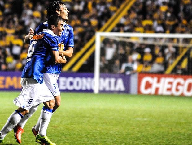 Ricardo Goulart e Egídio comemoração gol Cruzeiro contra Criciúma (Foto: Eduardo Valente / Agência Estado)