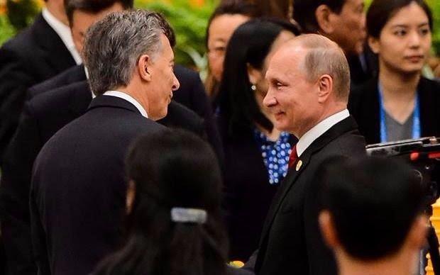 Macri se saludó con Vladimir Putin durante una gala en Pekín