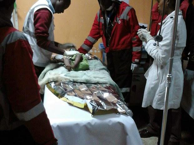 Menina de 1 ano sobrevive 80 horas sob escombros de prédio no Quênia (Foto: Bonny Odhiambo/Kenya Red Cross/AFP)