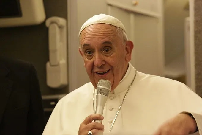 Pope Francis speaks to journalists aboard his flight from Philadelphia to Rome Sept. 27, 2015. Credit: Alan Holdren/CNA.