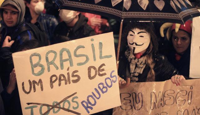 Manifestantes en Porto Alegre, con una pancarta que dice 'Brasil, país de robos'.