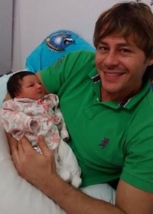 Um mês após nascimento de suposta filha, Theo Becker diz que fez DNA e não é pai