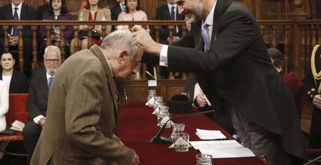 Juan Goytisolo recibiendo el Premio Cervantes en 2015 / EFE