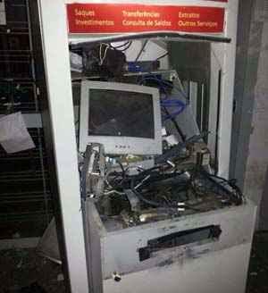 Explosão: caixa eletrônico ficou destruído e suspeitos fugiram com dinheiro  (Reprodução/ Whatsapp)
