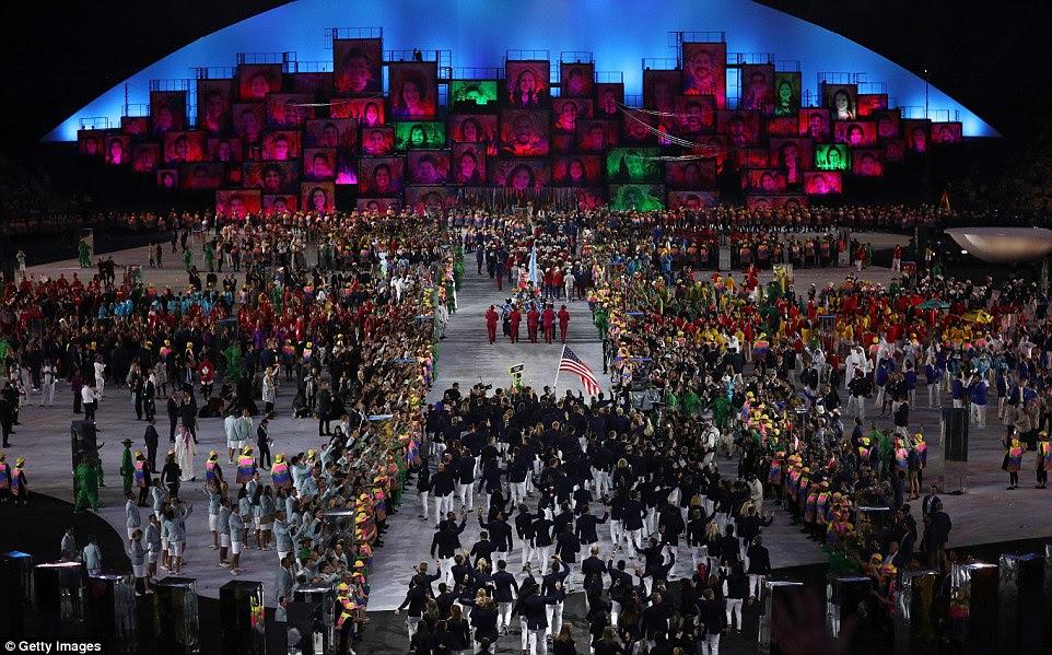 Equipes de atletas de todo o mundo entrar no estádio, como parte do acolhedor dos atletas durante a cerimônia