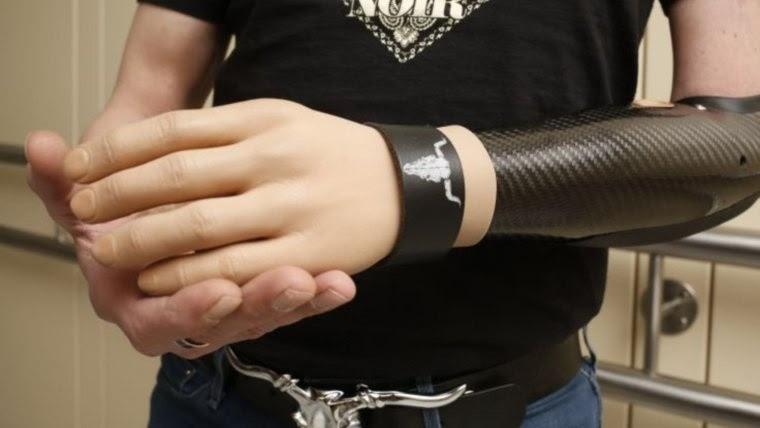 La mano virtual es controlada por señales eléctricas.