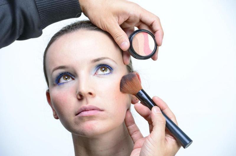 Aposte na moda dos blushes que oferecem, em uma mesma embalagem, tonalidades diferentes. Combinadas, elas dão um efeito bem mais natural.:imagem 6