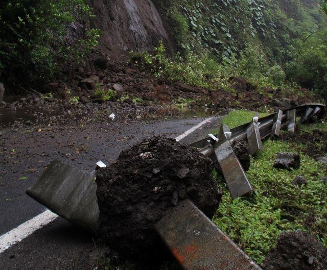 Dos derrumbes mantienen cerrado el paso por el Zurquí. CRH