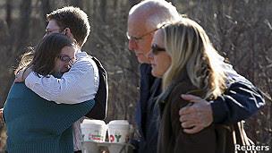 familias de estudiantes de la escuela de Sandy Hook esperan noticias de sus hijos